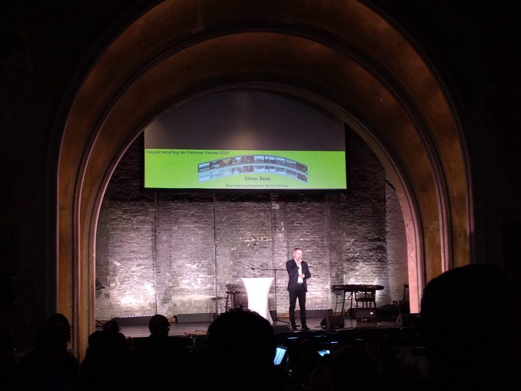 Sören Benn, Bürgermeister von Pankow, auf der Bühne im Delphi. Foto: Jens Hansel